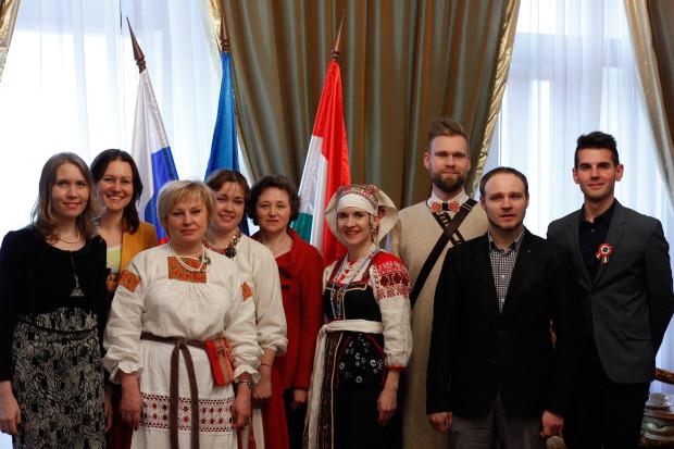 """Даниэль Валидуда (справа) в пёстрой компании коми, ижор, ингерманландских финнов и двух очаровательных девушек из """"Федерации за всеобщий мир"""""""