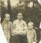 Анна Хайми с матерью и сестрой