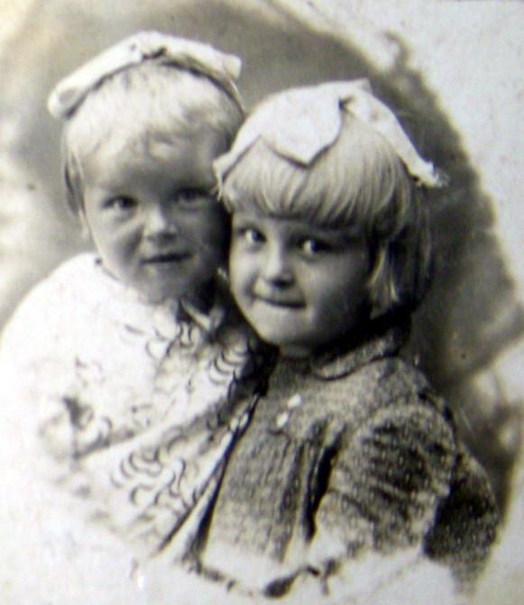 Сестры Нина (слева) и Юлия Питкянен. В 1942 Нина умерла на берегу Ладожского озера