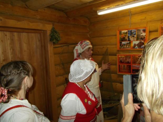 Марина Ильина ведет экскурсию по водскому музею